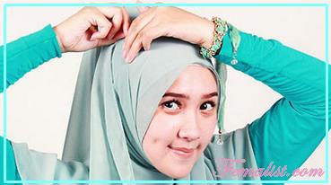 2 - Cara Memakai Jilbab Segi Empat dengan Bros Anting
