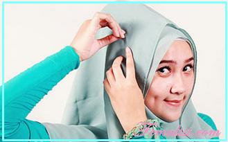 3 - Cara Memakai Jilbab Segi Empat dengan Bros Anting