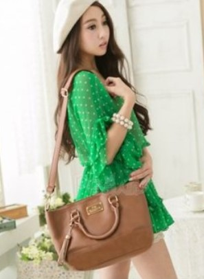 Cara Memilih Baju Korean Style untuk Remaja 2 - Warna hijau dan tas cantik