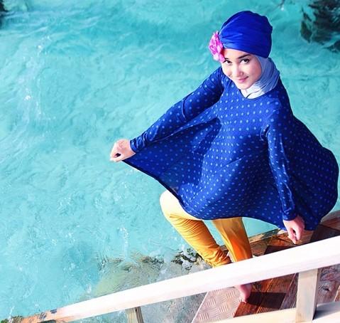 Kumpulan Long Dress Dian Pelangi Terbaru Cantik 3 - Dress Biru Polkadot Cantik Celana Hitam
