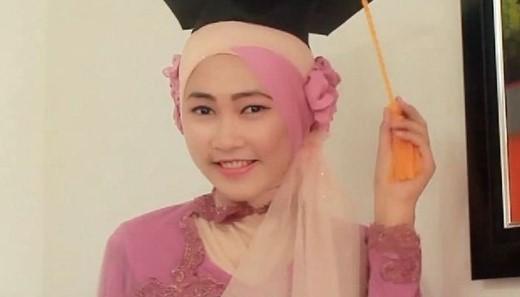 Kumpulan Model Hijab untuk Kebaya yang Cantik 1 - Hijab dengan BUnga dan selendang