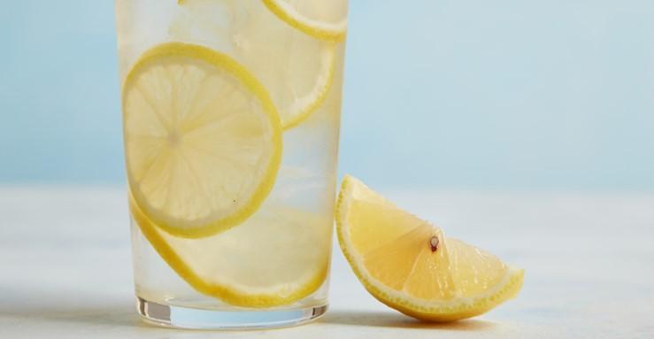 Manfaat Minum Air Lemon Hangat Bagi Kesehatan Kecantikan