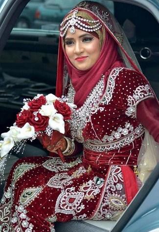 Tips Memilih Gaun dan Kerudung Pernikahan Muslimah 3 - Merah Marun Silver