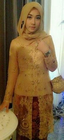 Tips Cara Padu Padan Gaun Kebaya Pesta dengan Model Hijab 1 - Kebaya Emas