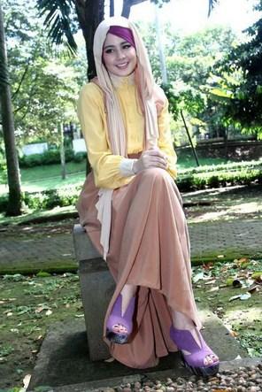 Contoh Model Baju Muslim Artis Risty Tagor 2 - Pemakaian Asesoris dan Sepatu