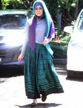 Contoh Model Baju Muslim Artis Risty Tagor 4 - paduan warna Hijau Toska dan Ungu