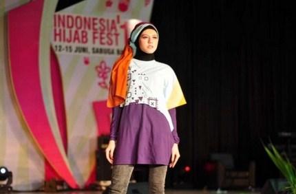 Contoh Model Kaos Muslim Remaja Trendy Terbaru 6 - Polos Lebar Kombinasi Celana