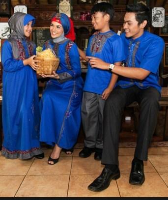 Model Baju Keluarga Muslim Couple Terbaru 13 - Warna Biru yang Oke