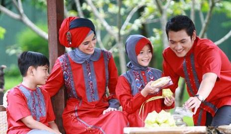 Model Baju Keluarga Muslim Couple Terbaru 15 - Baju sarimbit keluarga muslim untuk lebaran