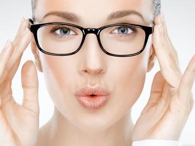 Tips memilih kacamata sesuai bentuk wajah untuk tampil cantik maksimal